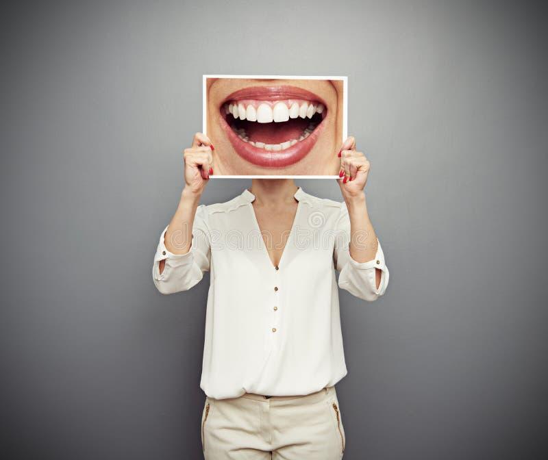 Imagen de la tenencia de la mujer con sonrisa grande imagenes de archivo