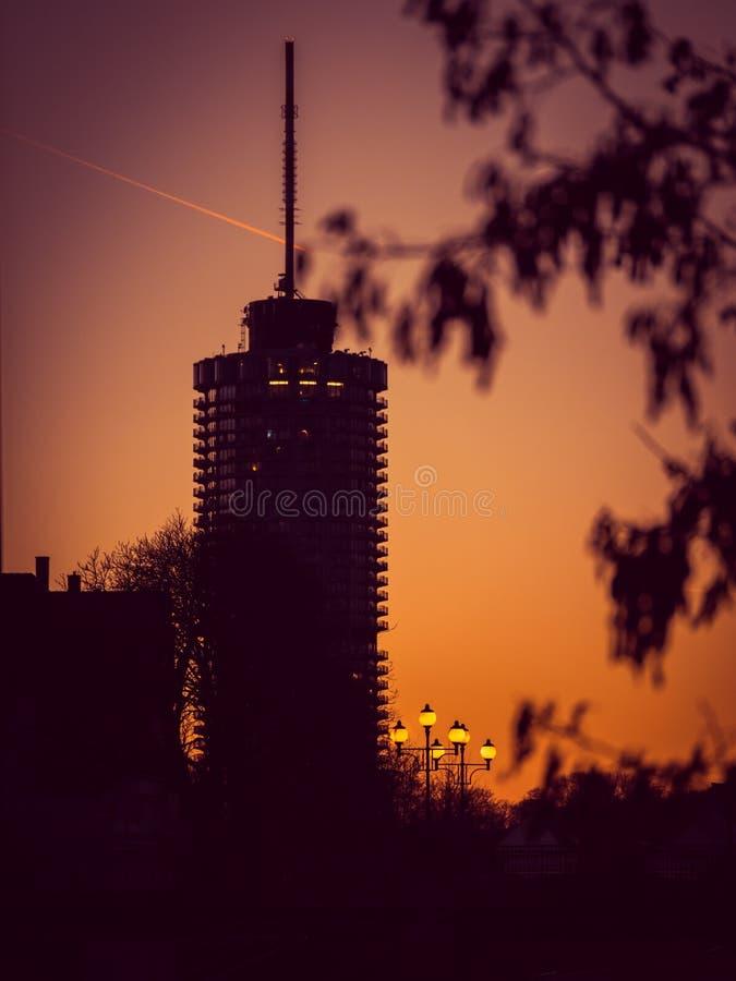 Imagen de la torre grande con las lámparas de calle durante puesta del sol en Augsburg, Baviera, Alemania imagenes de archivo