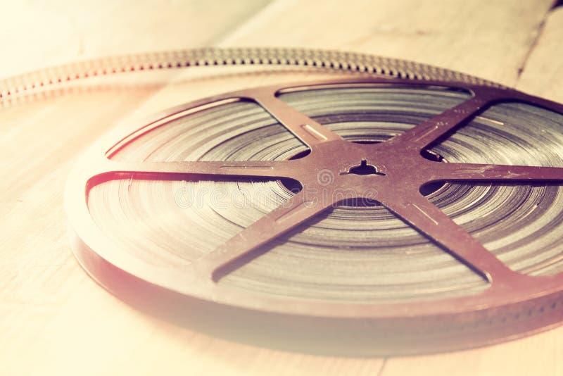 Imagen de la visión superior del carrete viejo de la película de 8 milímetros sobre fondo de madera fotos de archivo libres de regalías