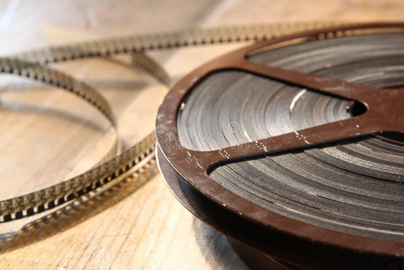 Imagen de la visión superior del carrete viejo de la película de 8 milímetros sobre fondo de madera imagenes de archivo