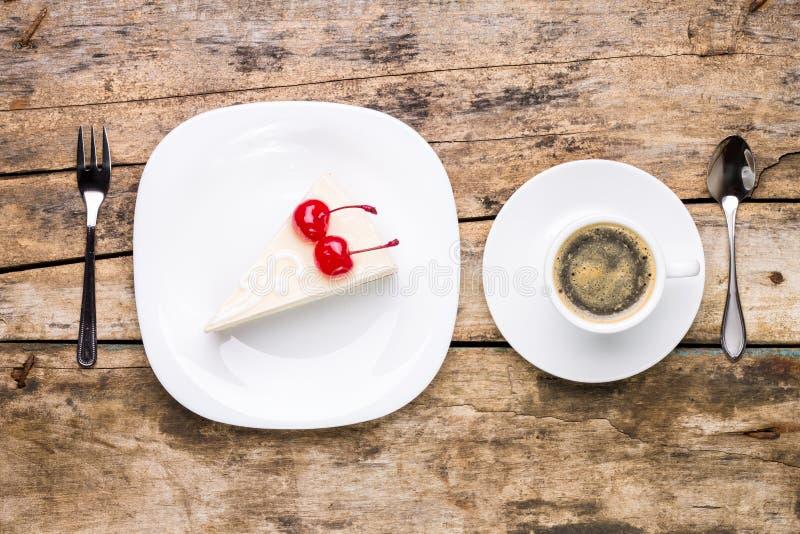 Imagen de la visión superior del pedazo de pastel de queso con café fotos de archivo