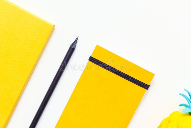 Imagen de la visión superior de materiales de oficina o de accesorios de la escuela, objetos amarillos de moda del color tirados  imagenes de archivo