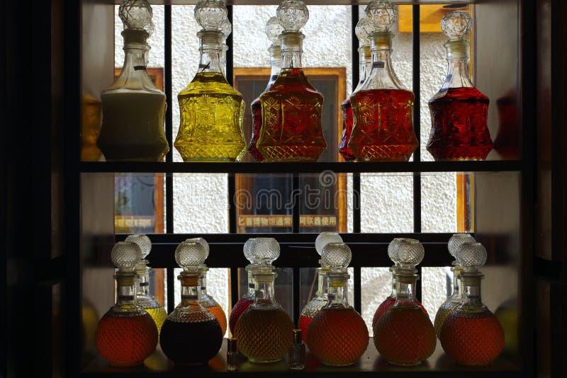 Imagen de las botellas de perfume cristal hermosas en los estantes de un comerciante fotografía de archivo