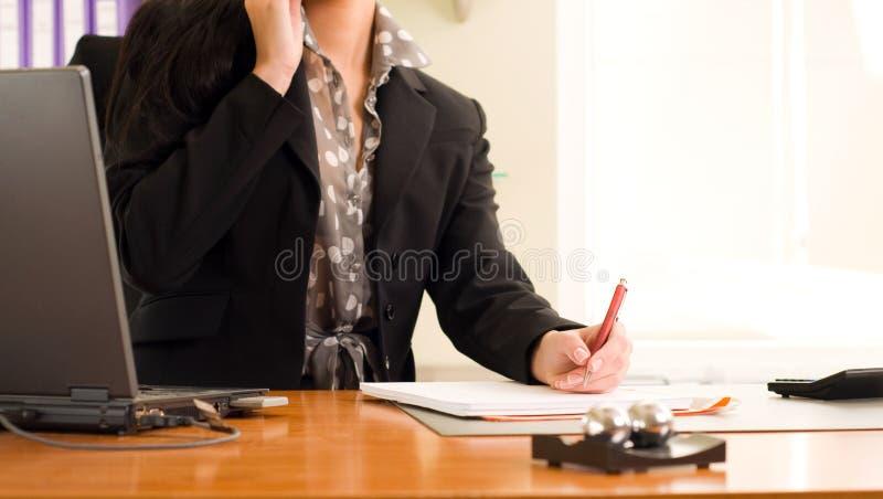 Imagen de las manos de la mujer de negocios durante trabajo foto de archivo libre de regalías