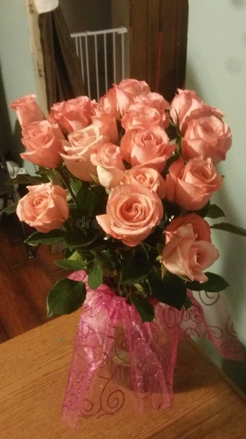 Imagen de las rosas del melocotón/del rosa en florero imagenes de archivo