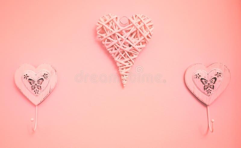 Imagen de las suspensiones de los corazones en una pared fotos de archivo