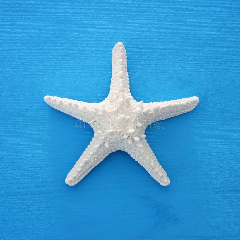 imagen de las vacaciones y del verano con las estrellas de mar sobre fondo de madera azul imagen de archivo