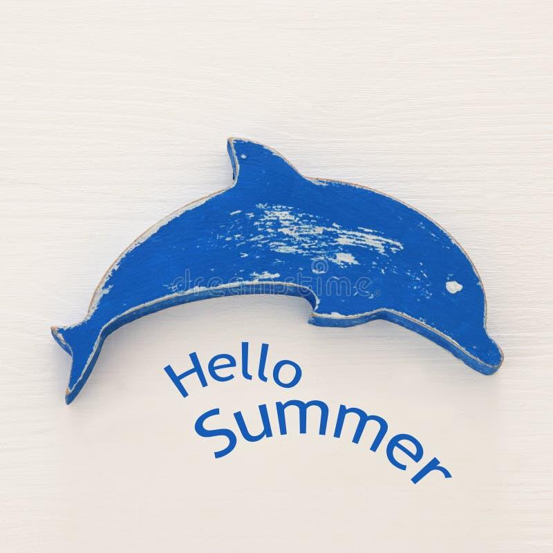 imagen de las vacaciones y del verano del delfín decorativo sobre el fondo de madera blanco fotos de archivo