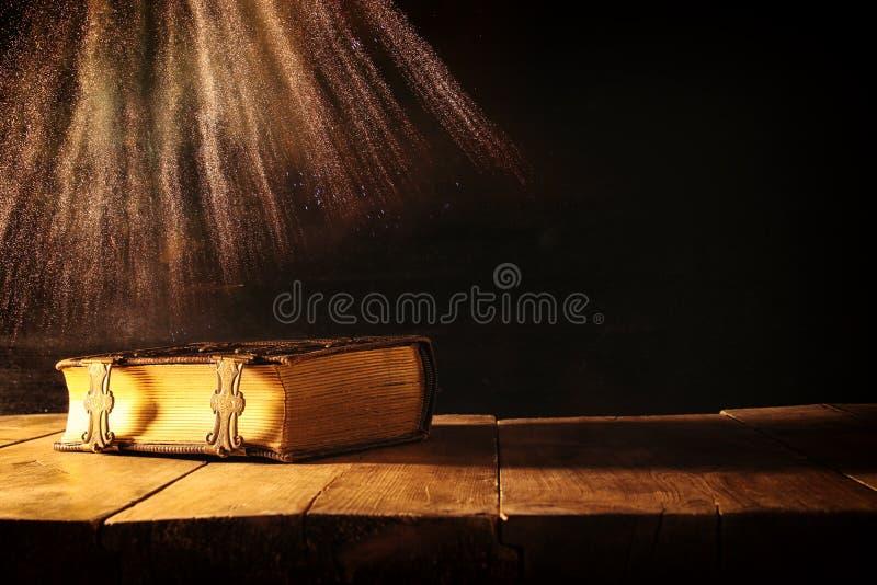 Imagen de libros antiguos, con los corchetes de cobre amarillo período medieval de la fantasía y concepto religioso imágenes de archivo libres de regalías