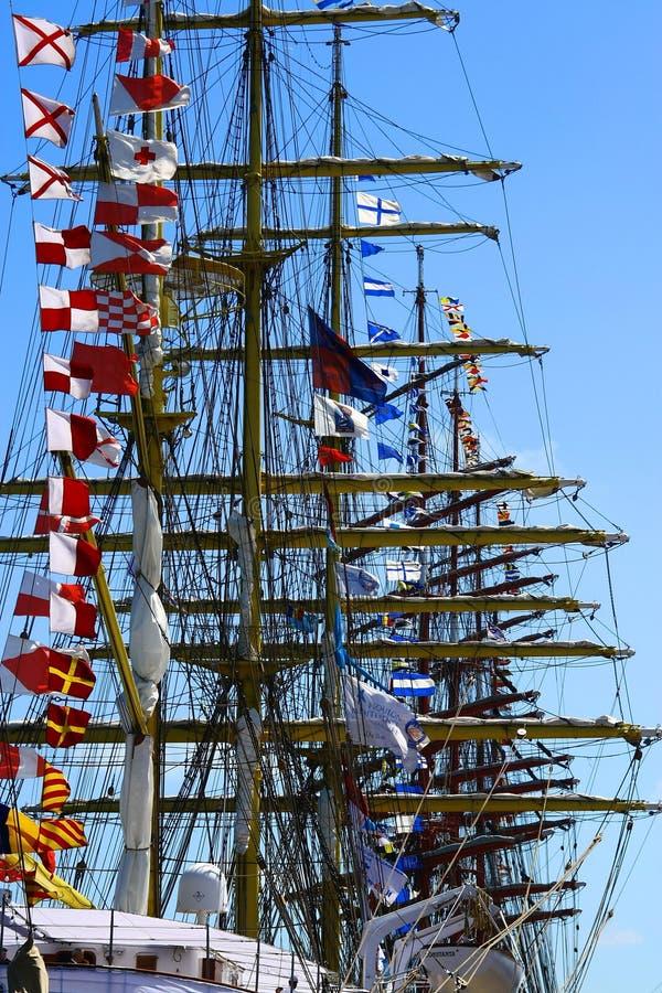 Imagen de los barcos de navegación con las banderas en su topma imagen de archivo libre de regalías