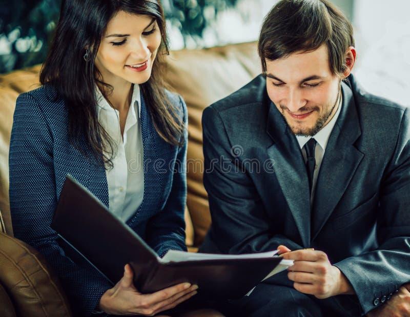 Imagen de los hombres de negocios que escuchan y que hablan a su colega a foto de archivo libre de regalías