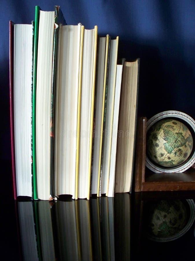 Imagen de los libros, del globo y de espejo fotografía de archivo