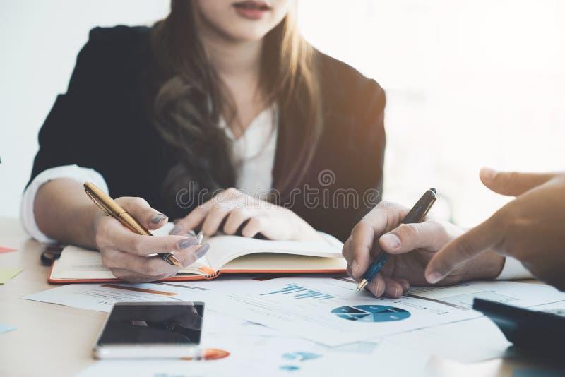 Imagen de los socios comerciales que discuten documentos e ideas en el mee imagen de archivo libre de regalías