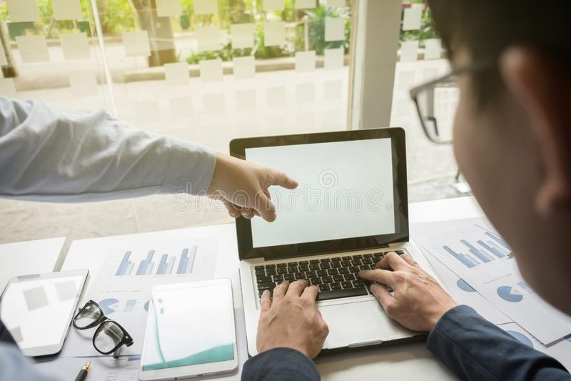Imagen de los socios comerciales que discuten documentos e ideas en el mee imagenes de archivo