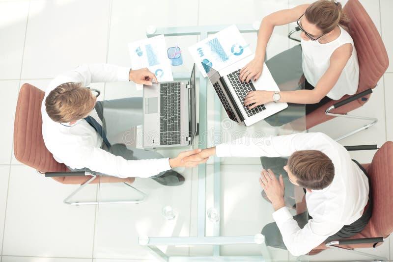 Imagen de los socios comerciales que hacen el apretón de manos Visión superior imagen de archivo