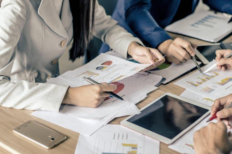 Imagen de los socios comerciales que se encuentran para discutir la situación imagenes de archivo