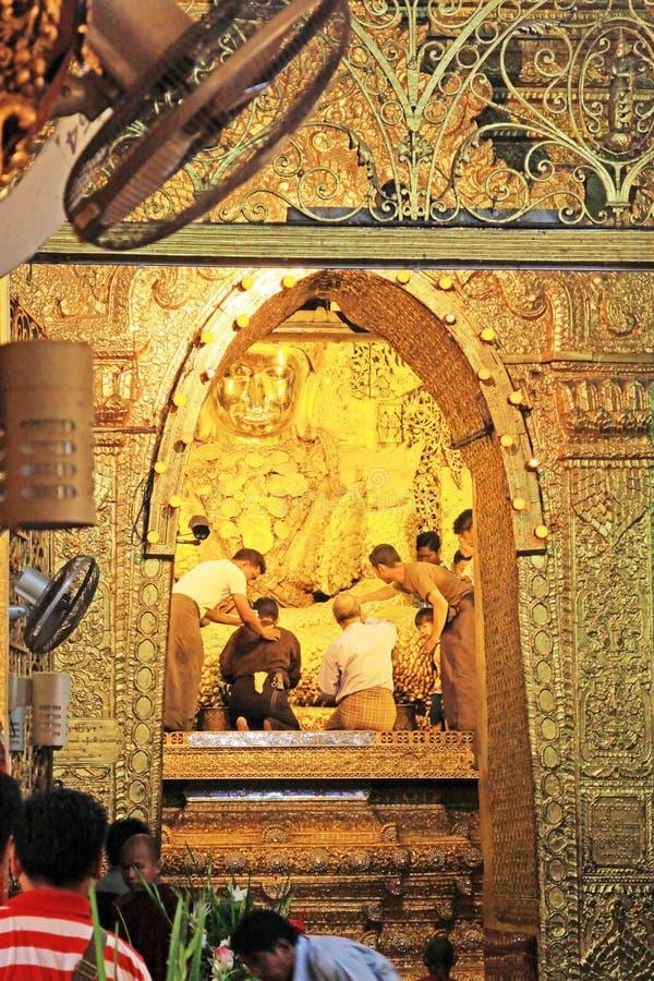 Imagen de Mahamuni del templo de Mahamuni Buda, Mandalay, Myanmar imagen de archivo libre de regalías