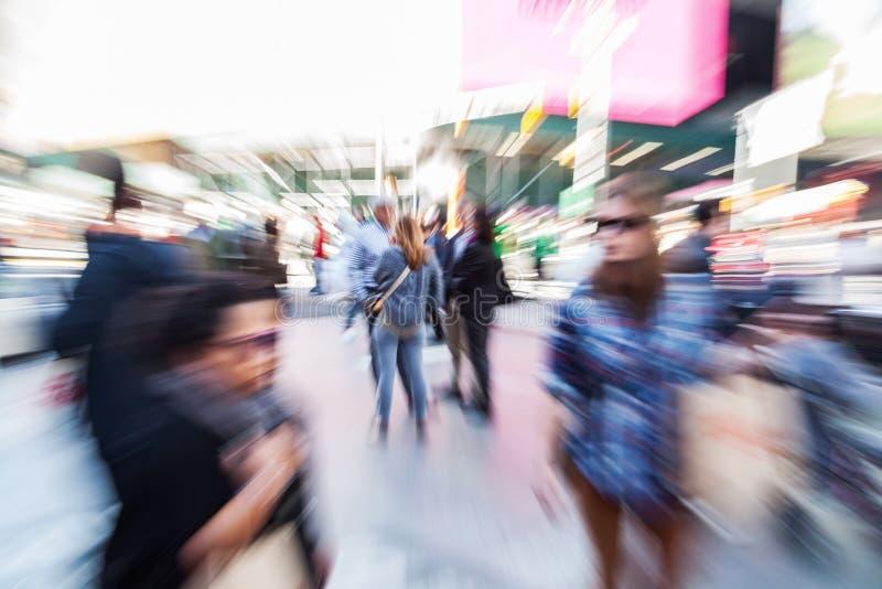 Imagen de muchedumbres de gente en la ciudad con efecto del enfoque imagenes de archivo