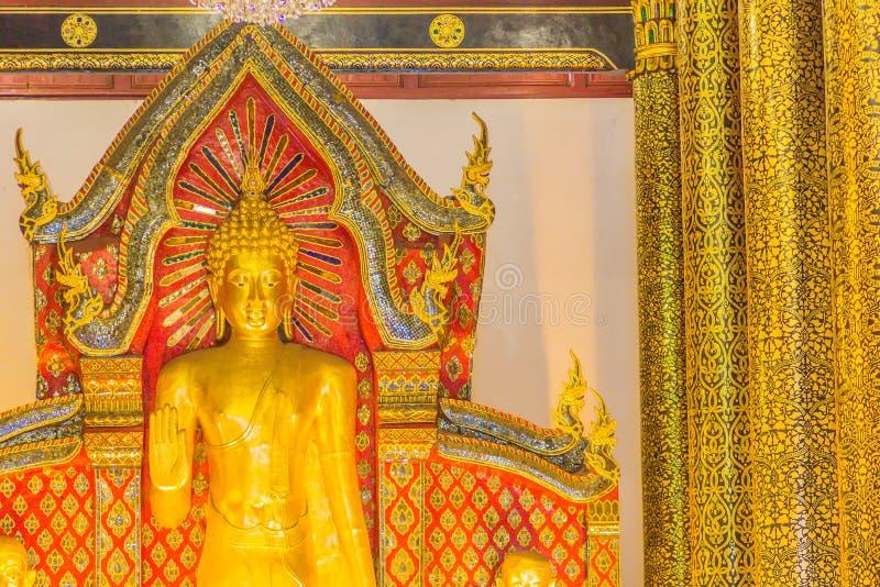 Imagen de oro derecha grande hermosa de Buda con la decoración interior del techo, nombrada Phra Chao Attarot en Wat Chedi Luang  foto de archivo