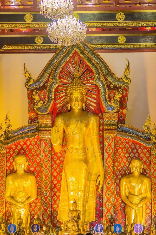 Imagen de oro derecha grande hermosa de Buda con la decoración interior del techo, nombrada Phra Chao Attarot en Wat Chedi Luang  imágenes de archivo libres de regalías