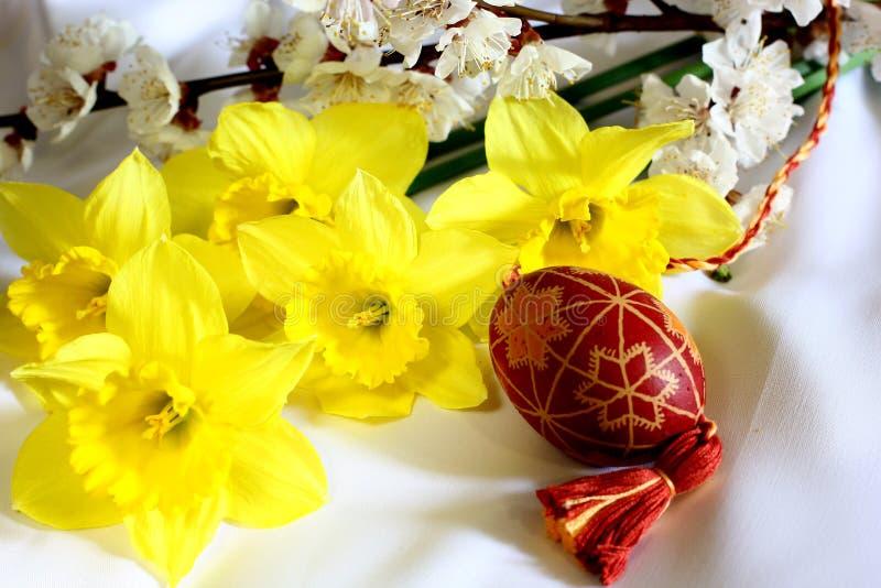 Imagen de Pascua con las flores fotos de archivo