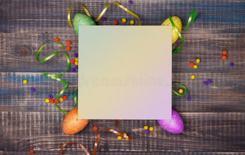 Imagen de Pascua con los huevos de Pascua coloridos imagen de archivo libre de regalías