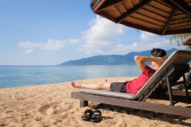 Imagen de relajación del turista en la playa del día de fiesta foto de archivo
