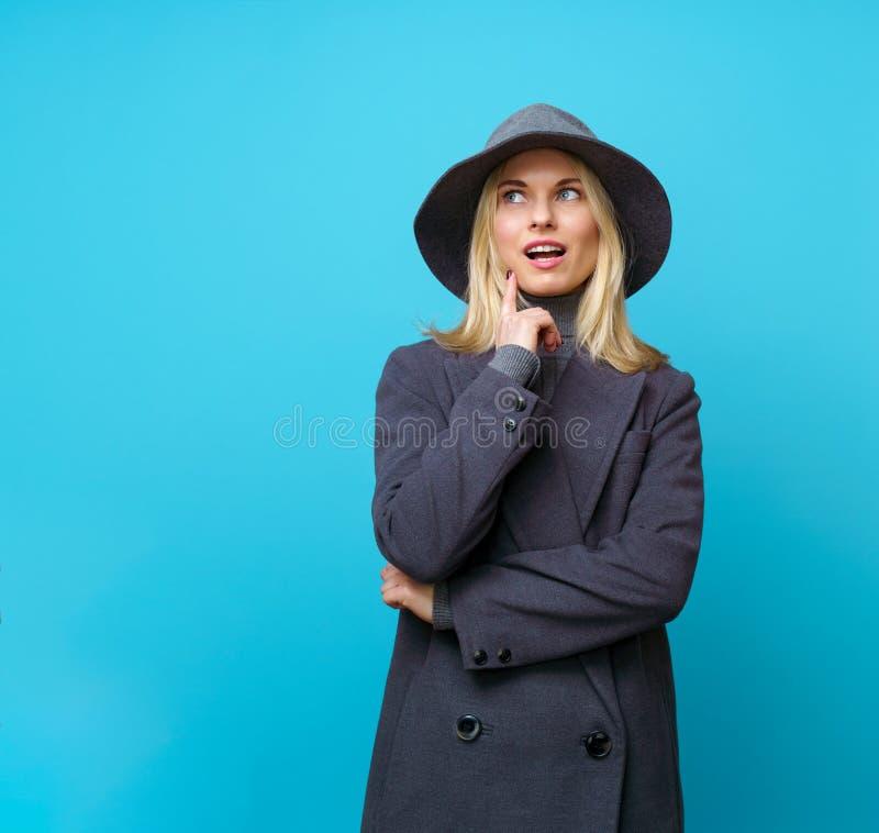 Imagen de rubio pensativo en sombrero imagenes de archivo