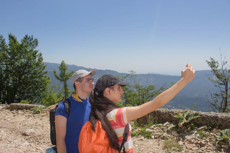 Imagen de Selfie en la Georgia Los turistas que toman a selfies el teléfono elegante en aventura viajan fotos de archivo libres de regalías