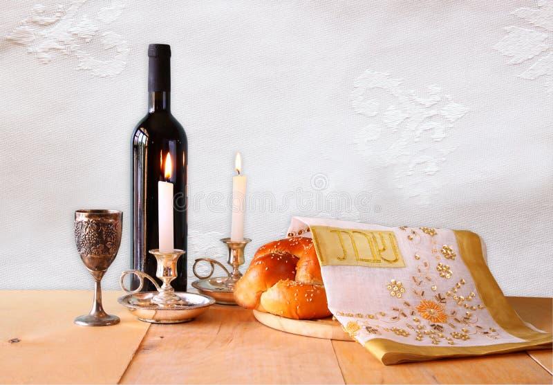 Imagen de Shabbat pan del jalá, vino del shabbat y candelas en la tabla de madera fotos de archivo libres de regalías