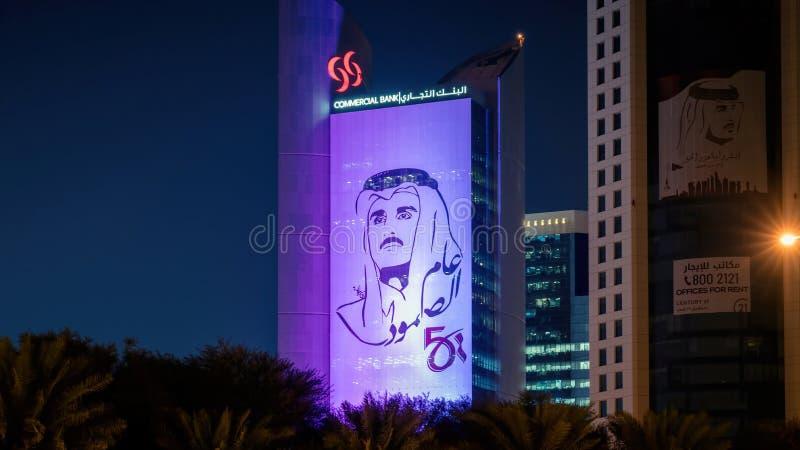 Imagen de Styalised del bin Hamad al Thani de Sheikh Tamim en el lado de un edificio en Doha central fotos de archivo