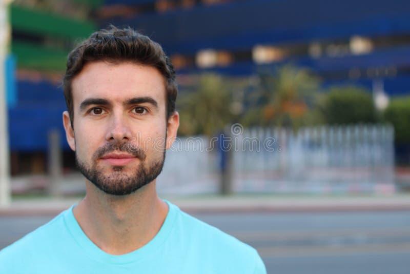 Imagen de un hombre hermoso con una barba imagenes de archivo