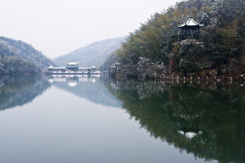 Paisaje del invierno con el lago de la montaña foto de archivo