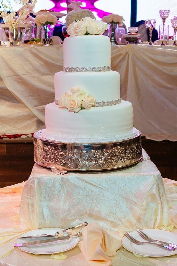 Imagen de un pastel de bodas hermoso en la recepción imagen de archivo libre de regalías