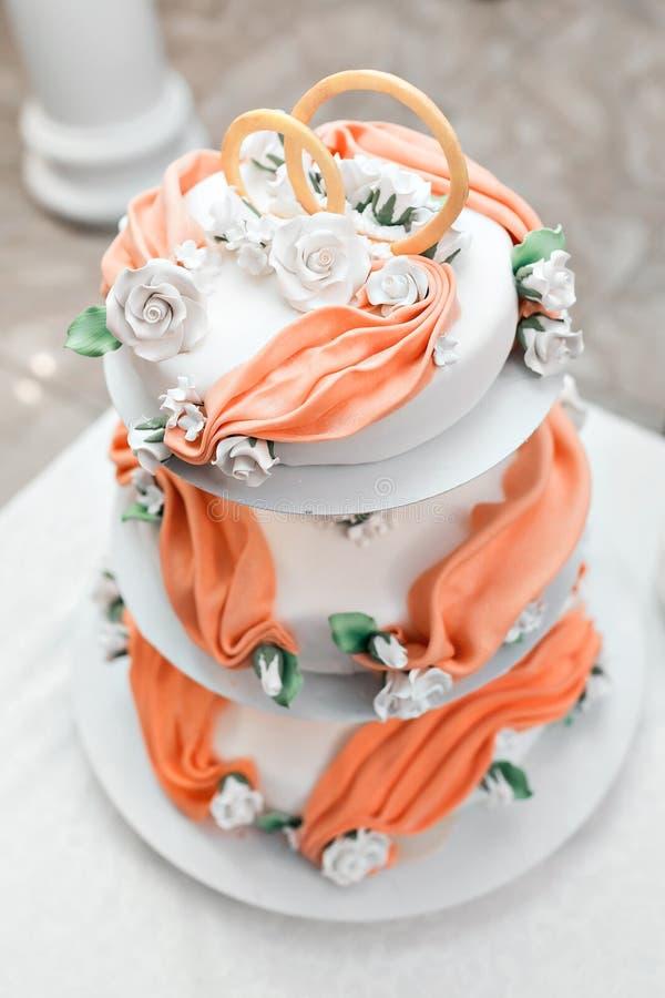 Imagen de un pastel de bodas hermoso en la recepción nupcial foto de archivo libre de regalías