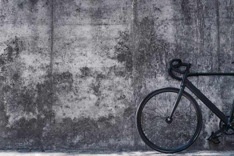 Imagen de una bicicleta delante del muro de cemento grande fotografía de archivo libre de regalías