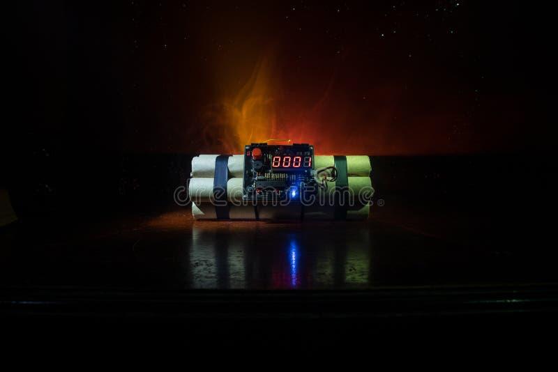 Imagen de una bomba de relojería contra fondo oscuro Contador de tiempo que cuenta abajo a la detonación iluminada en una luz del fotos de archivo