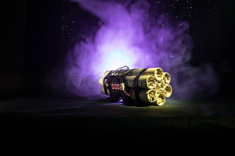 Imagen de una bomba de relojería contra fondo oscuro Contador de tiempo que cuenta abajo a la detonación iluminada en una luz del imágenes de archivo libres de regalías
