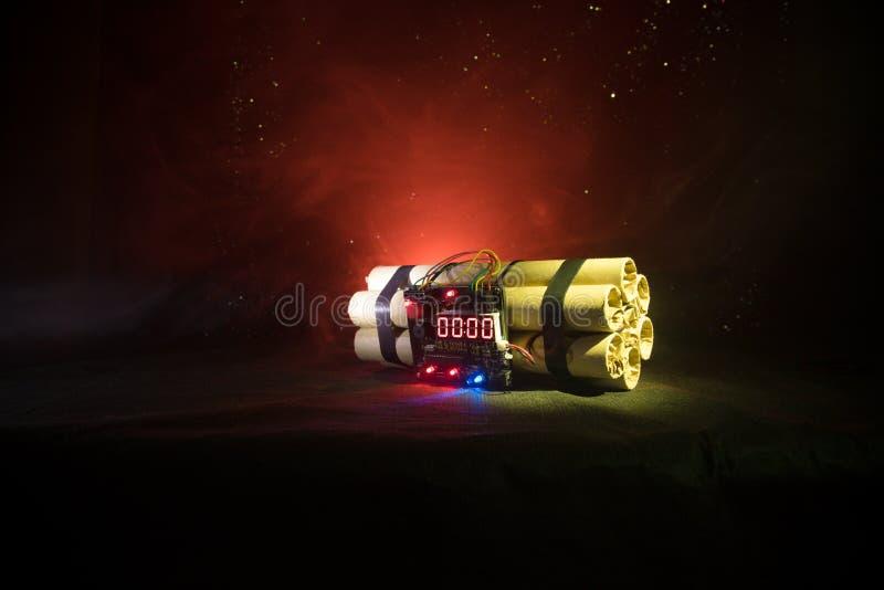 Imagen de una bomba de relojería contra fondo oscuro Contador de tiempo que cuenta abajo a la detonación iluminada en una luz del foto de archivo libre de regalías