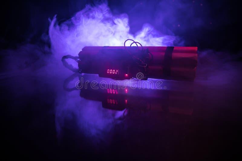 Imagen de una bomba de relojería contra fondo oscuro Contador de tiempo que cuenta abajo a la detonación iluminada en una luz del fotografía de archivo