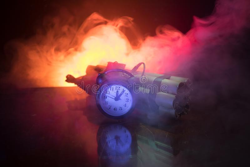 Imagen de una bomba de relojería contra fondo oscuro Contador de tiempo que cuenta abajo a la detonación iluminada en una luz del imagen de archivo libre de regalías