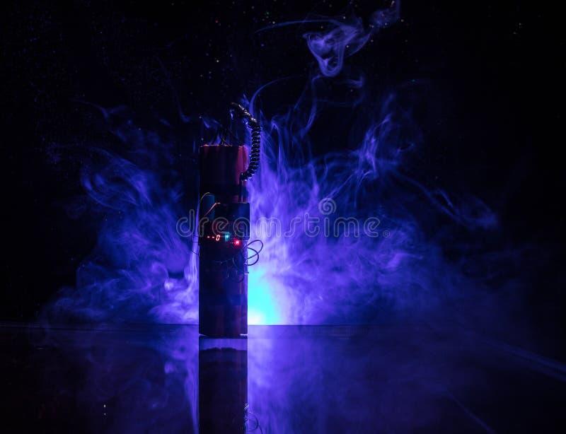 Imagen de una bomba de relojería contra fondo oscuro Contador de tiempo que cuenta abajo a la detonación iluminada en una luz del foto de archivo