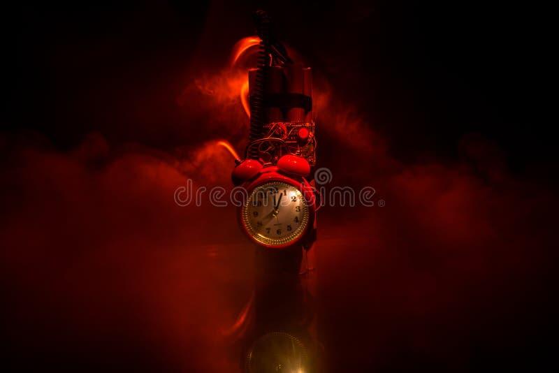 Imagen de una bomba de relojería contra fondo oscuro Contador de tiempo que cuenta abajo a la detonación iluminada en una luz del fotos de archivo libres de regalías