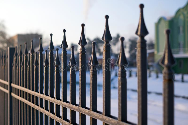 Imagen de una cerca hermosa del hierro Cierre de la barandilla del metal para arriba imágenes de archivo libres de regalías
