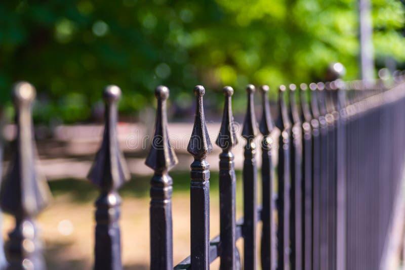 Imagen de una cerca labrada decorativa hermosa del arrabio con la forja artística Cierre de la barandilla del metal para arriba fotos de archivo