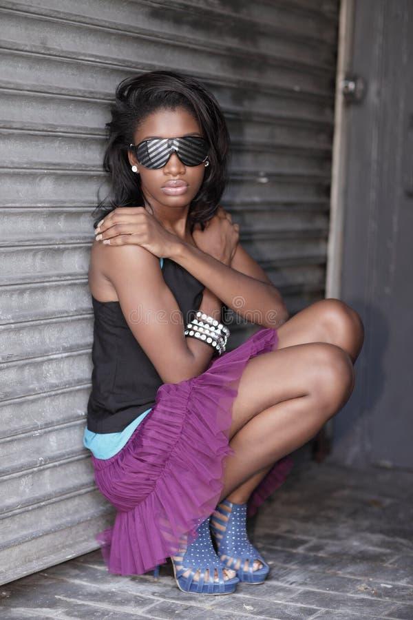 Imagen de una mujer con las gafas de sol frescas imagenes de archivo