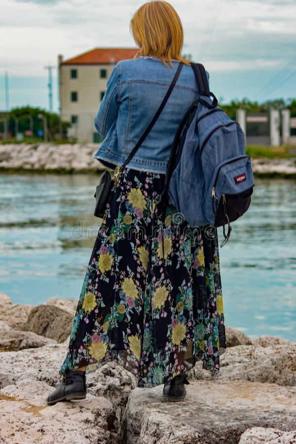 imagen de una mujer que mira sobre su hombro la playa foto de archivo