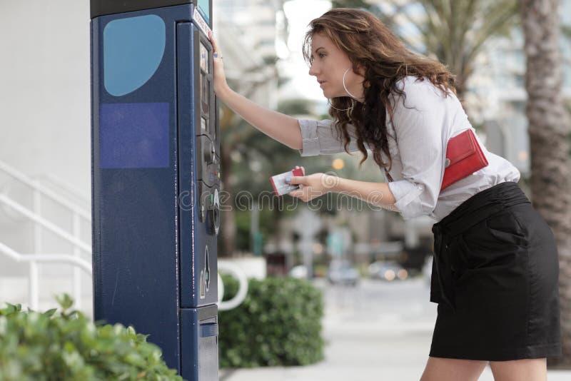 Imagen de una mujer que paga el estacionamiento fotos de archivo