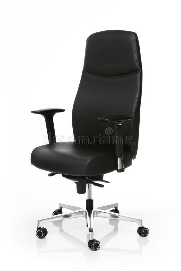 Imagen de una silla de cuero negra de la oficina aislada en blanco fotografía de archivo libre de regalías