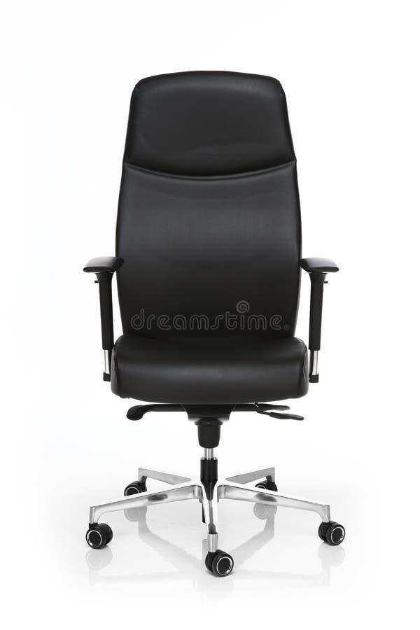 Imagen de una silla de cuero negra de la oficina aislada en blanco imagen de archivo libre de regalías